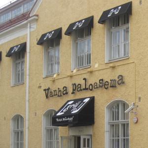 Esimerkki mainosmarkiisista Vanha Paloasema -ravintolassa