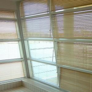 Puukaihtimet kokoseinän ikkunassa